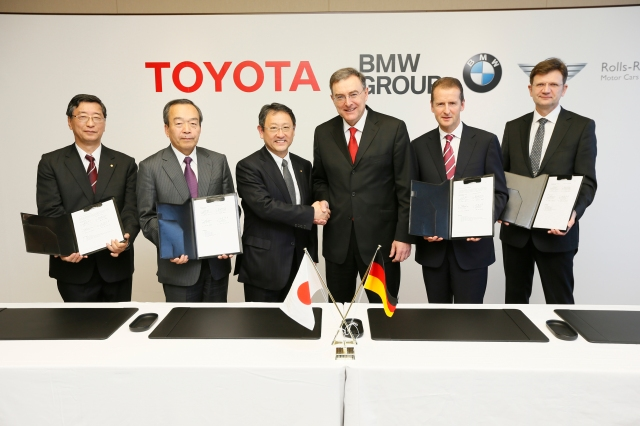 Penandatanganan kerjasama antara BMW dan Toyota di Nagoya, Jepang. Kamis 24 Januari 2013